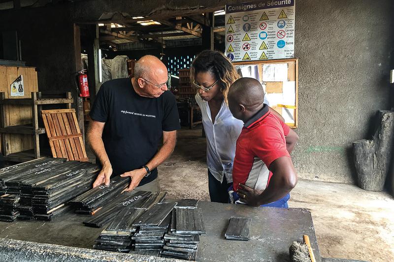 bob taylor à la scierie de crelicam au cameroun pour the ebony project