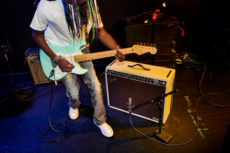 homme guitariste live fender tone master